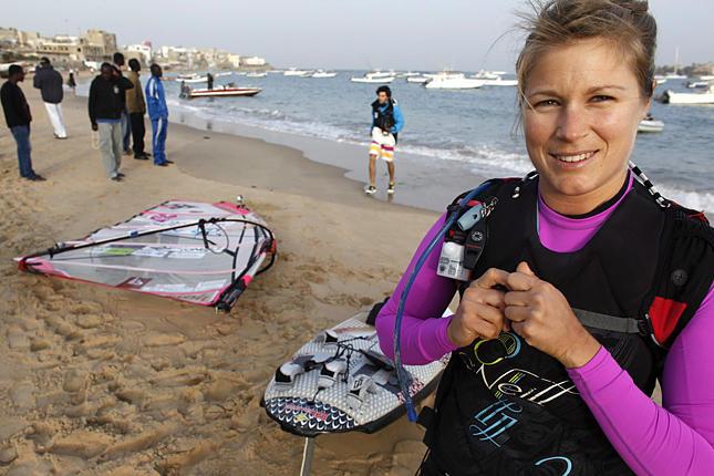 Sarah nappal szörfözik, éjjel hajón alszik...